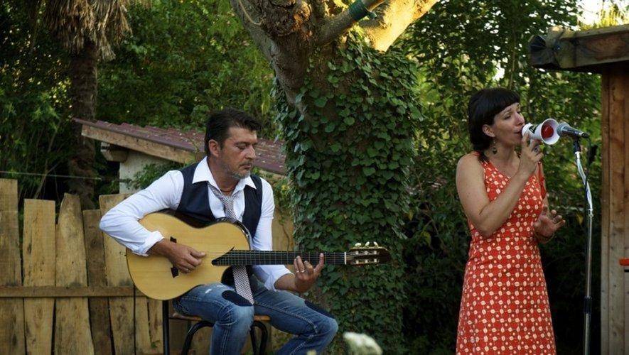 Lina et son partenaire musicien lors d'un précédent concert