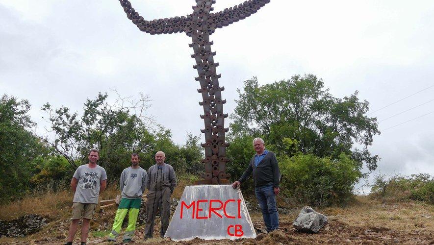 Christian Braley et les techniciens viennent de poser la statue de plus de 7 m de haut.