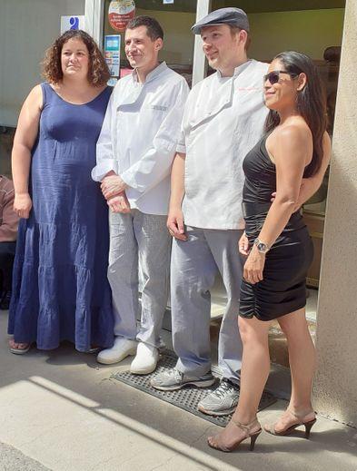 Audrey et Rémi, anciens boulangers du village, aux côtés de leurs successeurs, Gilles et Cécilia.