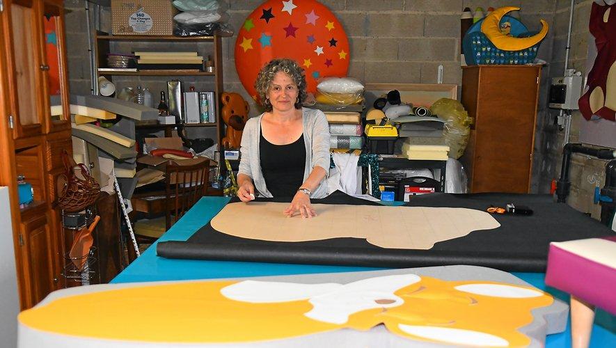 Isabelle Grès au milieude ses créations.