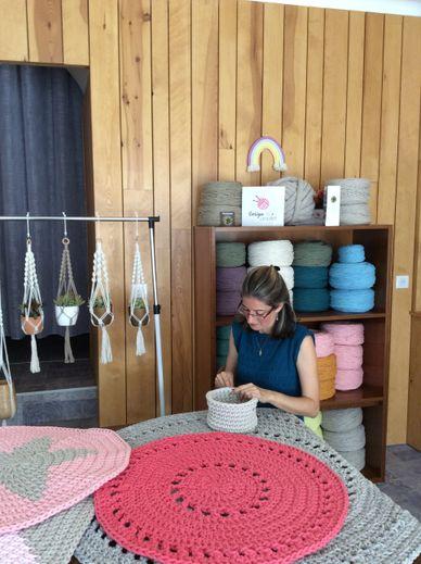 """À Entraygues-sur-Truyère, Alexia Lelièvre-Braconnot donne du """"crochet"""" à la décoration"""