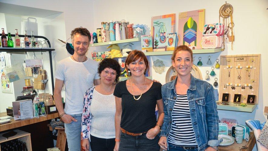 Marig Bescond en compagnie des créateurs qui exposent actuellement dans sa boutique.