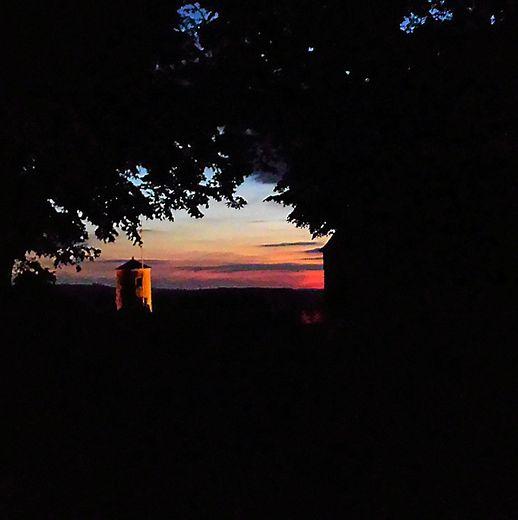 La lumière du soir jouant avec tours et remparts du château de Sévérac.
