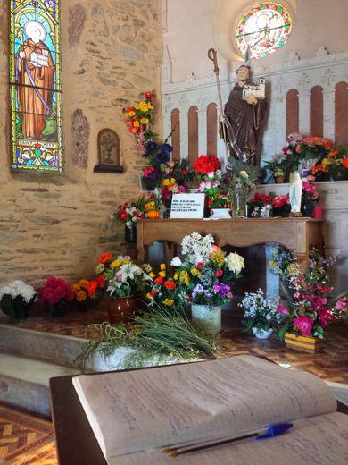 Dans la chapelle, bibelots et livres d'or.
