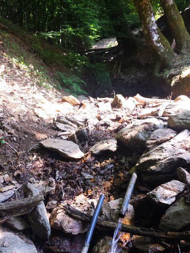 En allant vers la source, le ruisseau n'est plus qu'un tuyau...