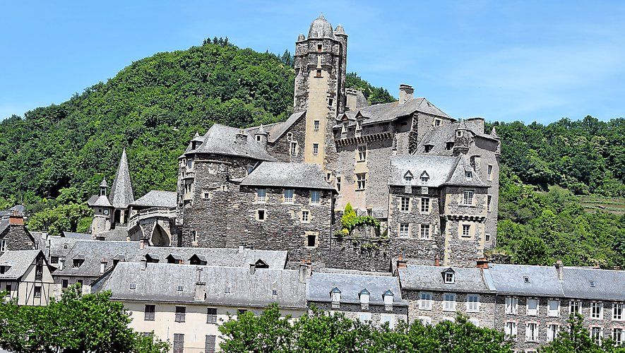 L'incontournable château d'Estaing vu du pont sur le Lot classé à l'Unesco.