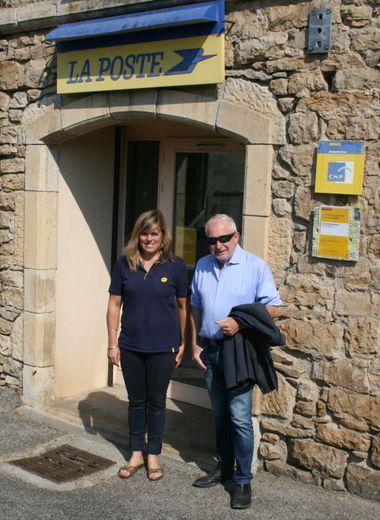 Lætitia et le maire devant le bureau de Poste.