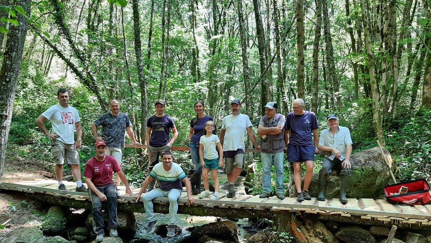 Le petit pont de bois qui ne tenait plus guère a été entièrement refait par des bénévoles efficaces et motivés.