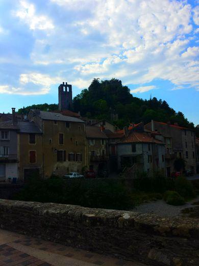 Brusque est surmonté d'un château en ruines.