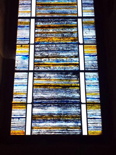 Les vitraux de l'église, ornés de textes de Marie Rouanet et d'Yves Rouquette.
