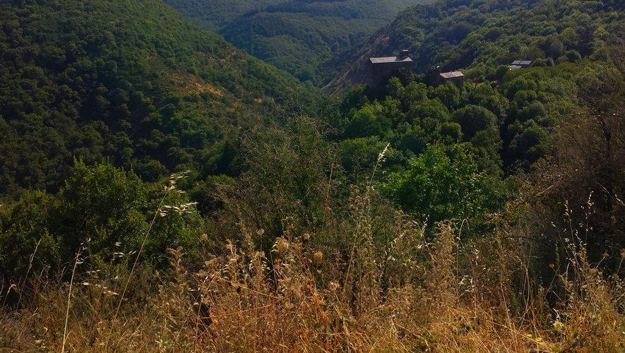 Au loin, le hameau de Blanc.