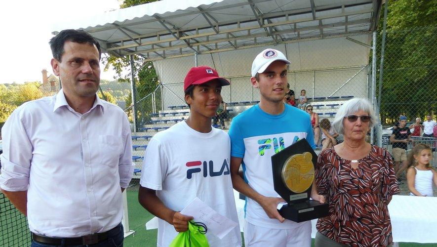 Les finalistes hommes Théo Arribage et Emiliano Troche, aux côtés du maire.