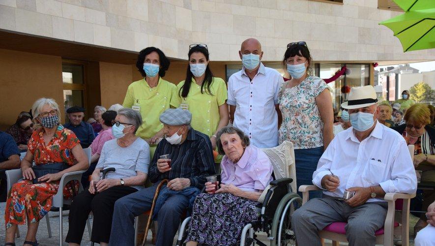 Yvonne Daures (au centre) est la première résidente du nouvel Ehpad Combarel à célébrer ses 100 ans.