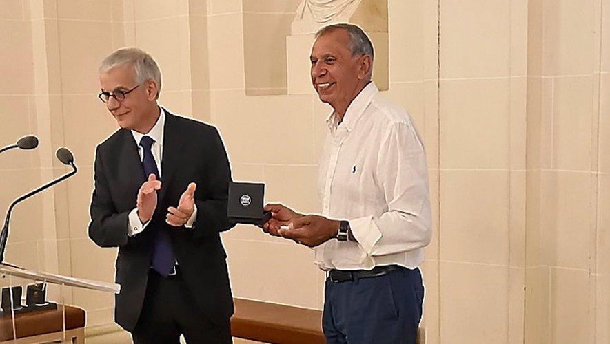 La remise d'une médaille d'honneur par Hervé Maurey, président de la commission aménagement du territoire, dont était membre Jean-Claude Luche.