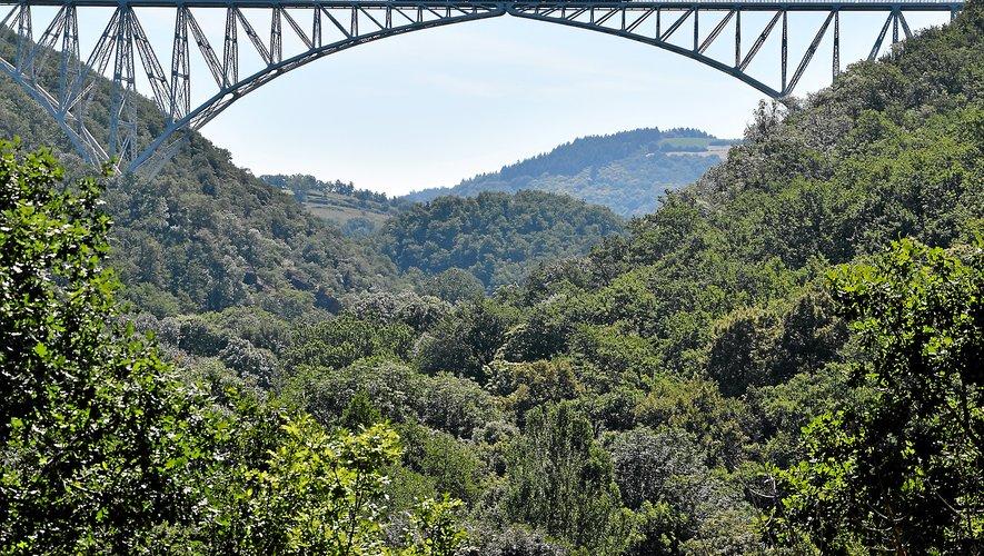 La  vue du viaduc toisant le Viaur, qui coule 116 mètres au dessous, ne laisse personne indifférent.