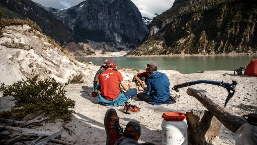 L'équipe de Tchalo devant el Chileno Grande, une paroi inexplorée de 1600 m de  granit pur, perdue dans une vallée reculée du sud de la Patagonie Chilienne. ET