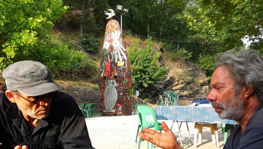 Alexis et Boris, devant une de leurs statues-menhirs.