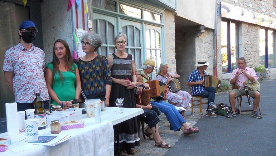 Les organisatrices de Cinécure, Anna et Laurence, entourées des bénévoles et des musiciens du Petit Bal d'Entraygues.