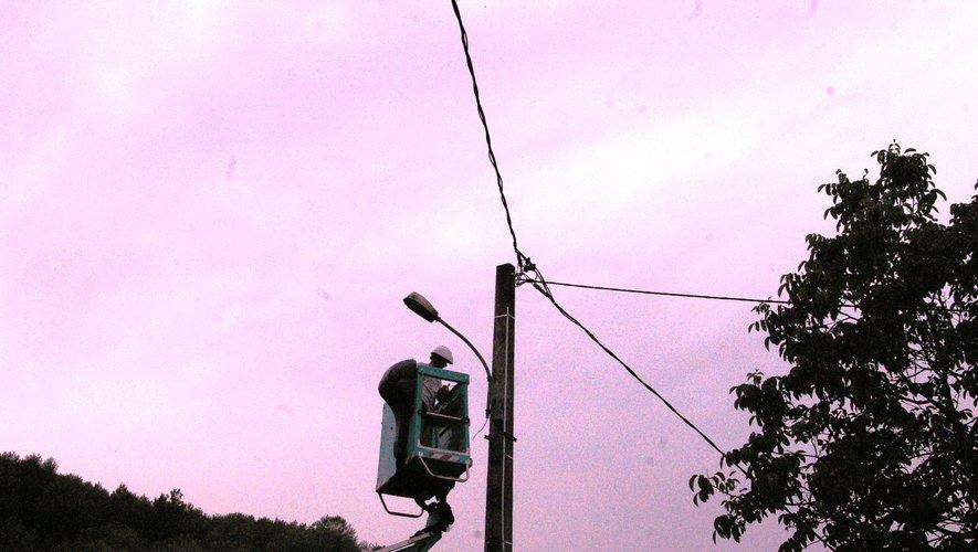 L'électricien de la commune en pleine action,