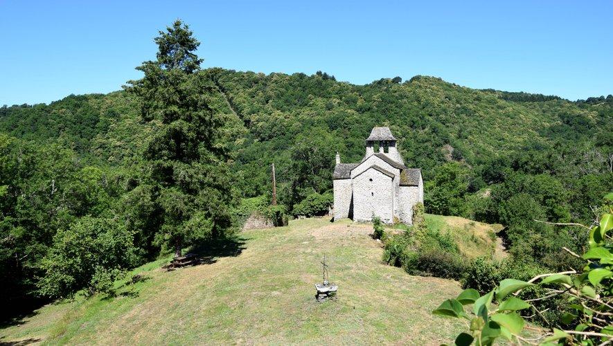 Nichée au creux des arbres et des vallées du Ségala, près de Naucelle, la chapelle de Villelongue se fond dans le paysage. Un atout pour les résistants qui y ont implanté leur QG en 1944. C'est sur le plateau de Lucante (juste au dessus) qu'ils se faisaient parachuter armes et médicaments.