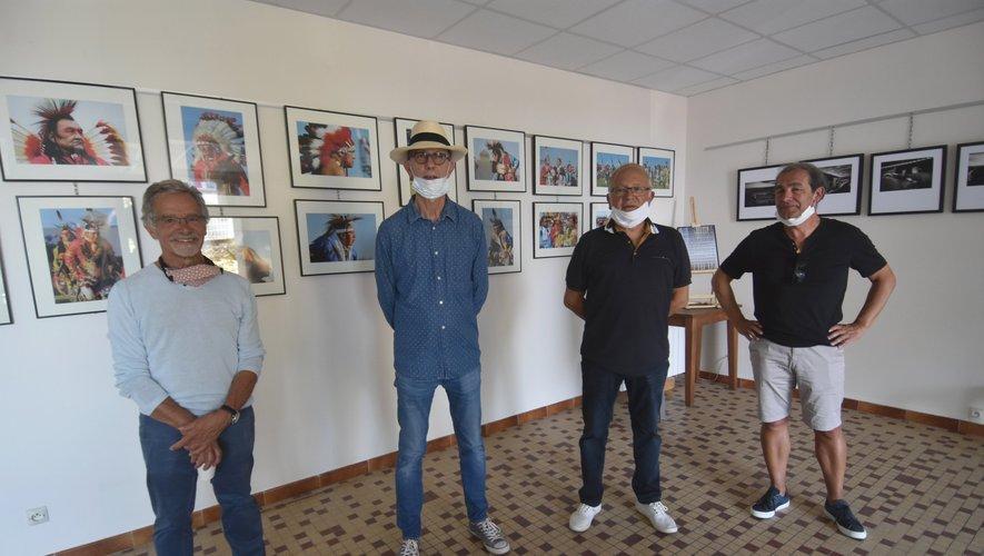 Le maire entouré des photographes à l'inauguration de l'expo-photo.