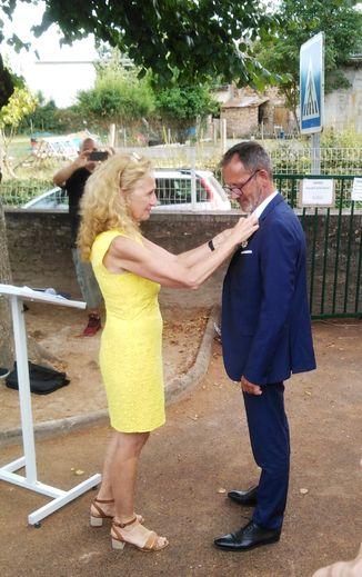 Madame la Ministre, Nicole Belloubet remet la légion d'honneur à Franck Arnal.