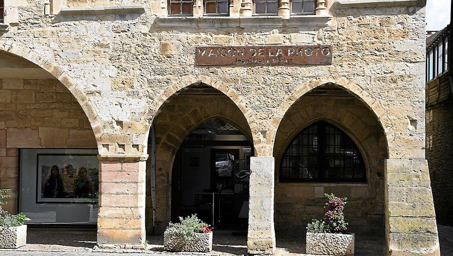 La Maison de la photo est installée dans une bâtisse qui donne sur la place des Conques.