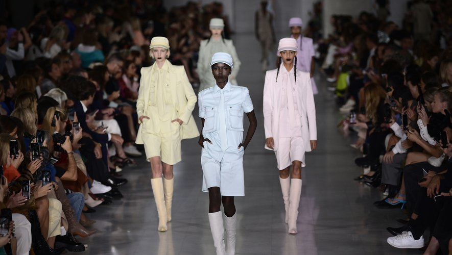 Le bermuda peut être une alternative au tailleur pantalon en cas de forte chaleur comme ici chez Max Mara. Milan, le 19 septembre 2019.