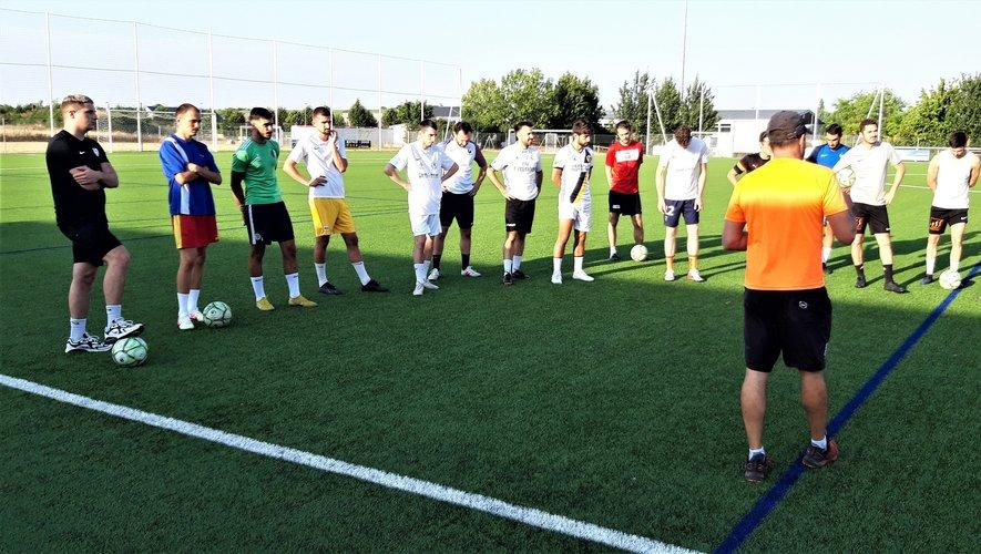 Les joueurs à l'écoute du coach David Vacquier.