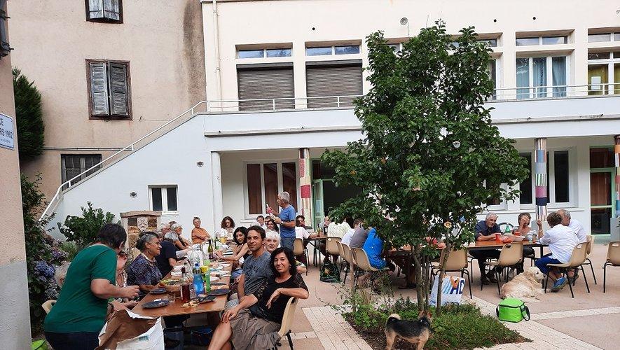 Les repas des voisins a réuni  une quarantaine de personnes.