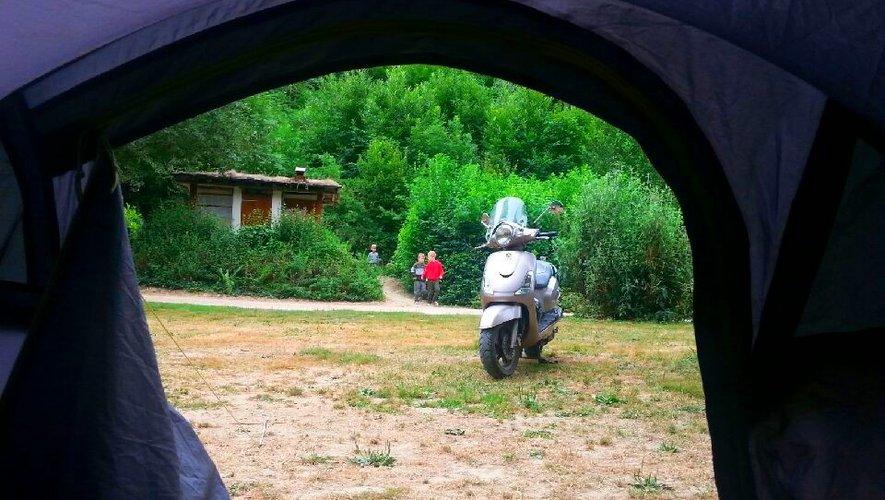 Le scooter a un coup de mou ? Soit, on plante la tente.