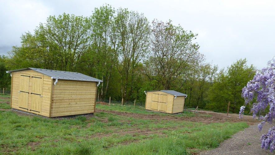 Deux  des cabanes de jardins qui seront mises à disposition des jardiniers.
