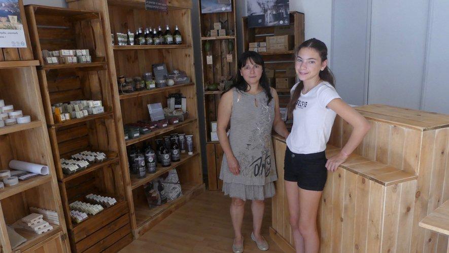 Sylvie Anelda et sa fille devant un rayon de présentation.