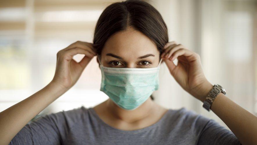 Les masques chirurgicaux stoppent plus de 90% des gouttelettes émises par la parole (étude).