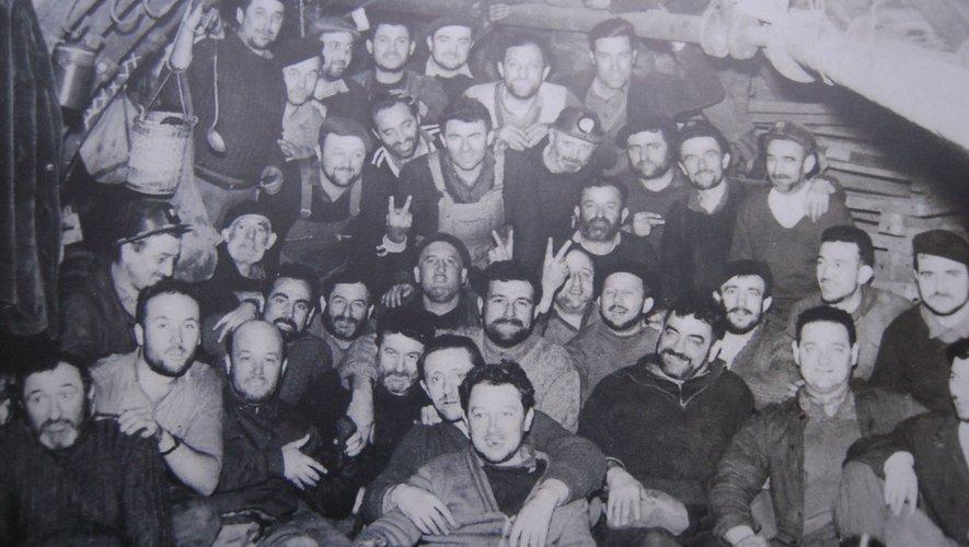 Un groupe de mineurs au fond des galeries durant les grèves 1961-1962.
