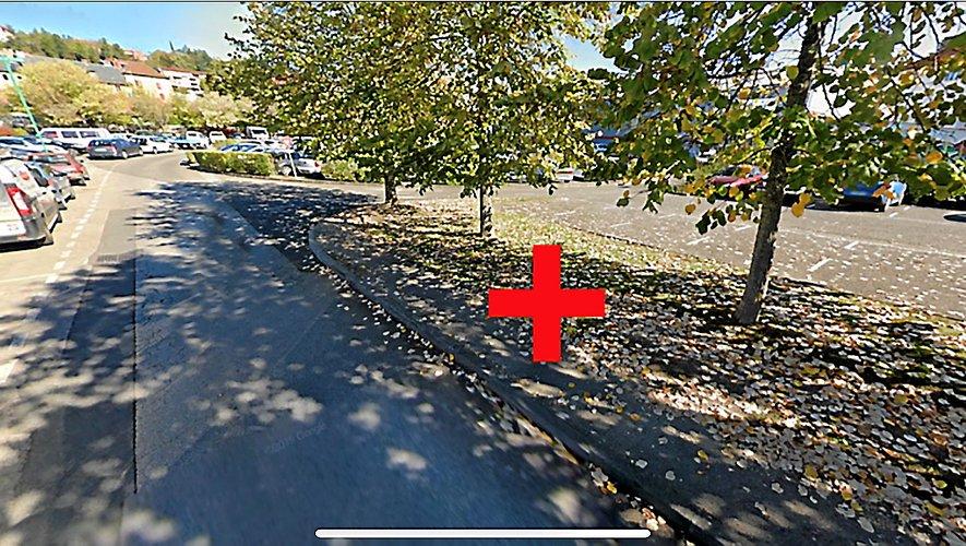 Le stationnement sur la bordure de la voie Traverse des Ruelles (croix rouge) est dangereux et interdit.