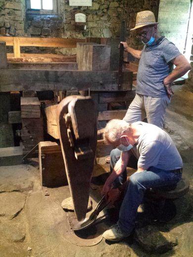 Le marteau frappe le métal en cadence.