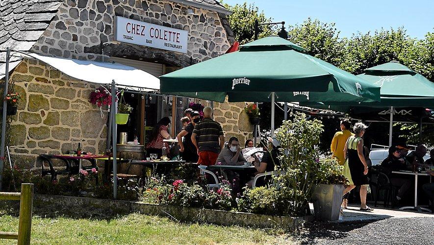 En ce dimanche au jardin de la montagne, il y a foule chez Colette. Le café-restaurant ouvert par ses parents en 1968.