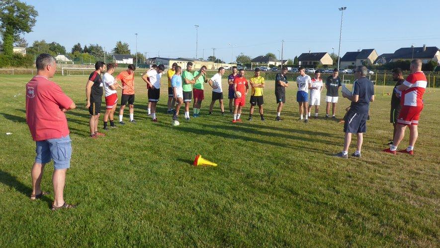 Les coachs donnant les premières consignes avant le début de l'entraînement.
