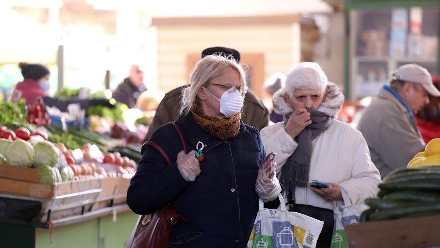 Le masque est désormais obligatoire dans la rue dans de nombreuses villes en France.