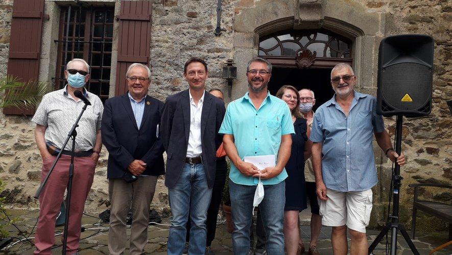 Les lauréats entourés par les membres du jury.
