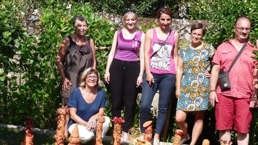Autour de Katia Terpigoreva  (2e à partir de la droite), une partie des participants de l'atelier terre.