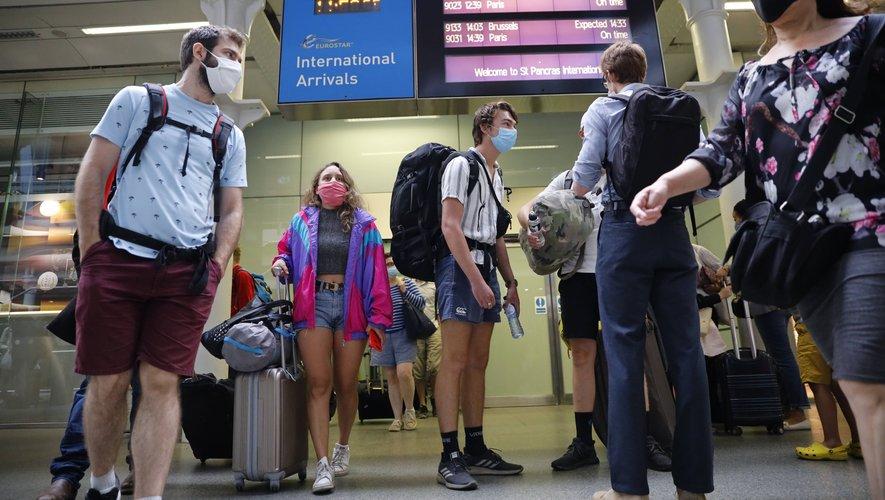 Londres a imposé à 03H00 GMT samedi une quarantaine de quatorze jours aux voyageurs revenant de France.