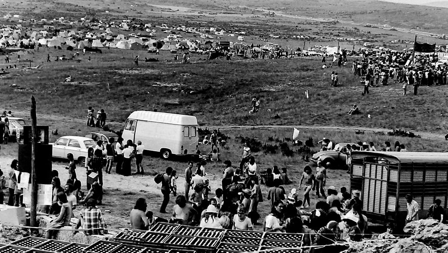 Le Larzac est rapidement devenu un symbole de lutte, attirant une foule considérable en soutien aux agriculteurs menacés d'expulsion.