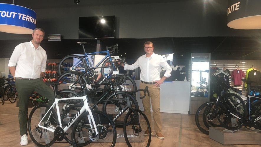 Guillaume Devals et Arnaud Girodon ont rencontré Alexandre Geniez dans sa boutique de cycles à Albi.