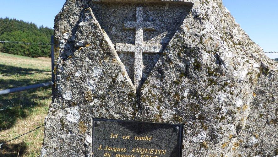 La stèle érigée à la croisée des chemins de Lagarrigue.