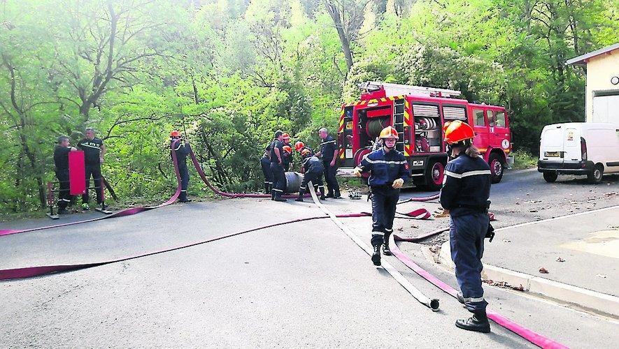 De jeunes sapeurs-pompiers en action.