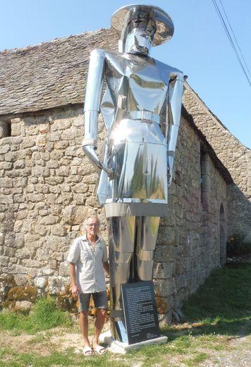 L'énorme sculpture qui trône devant la maison de l'artiste.