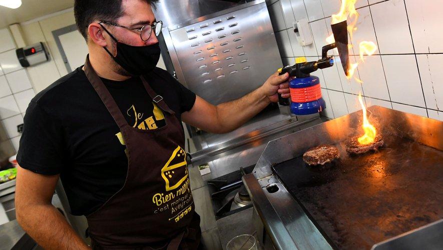 Sébastien Gaches compte bien mettre le feu pour remporter la coupe de France du burger.