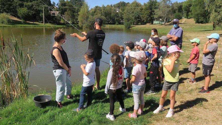 Les élèves munis de canne à pêche ont pêché par groupes.